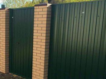 Профнастил – забор комбинированного типа, опорные столбы из кирпича, экономическая обоснованность