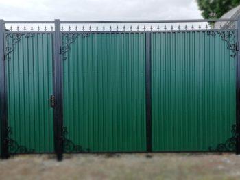 Ворота и заборы из профилированного листа с полимерным покрытием, при необходимости — прорезная калитка