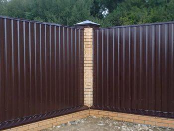 Забор на участке может выполнять ту или иную функцию в зависимости от особенностей решаемых Вами задач